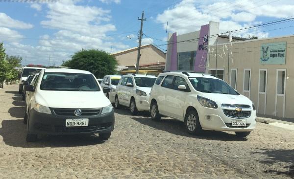 Veículos ficaram estacionados em frente a Prefeitura neste sábado (31)