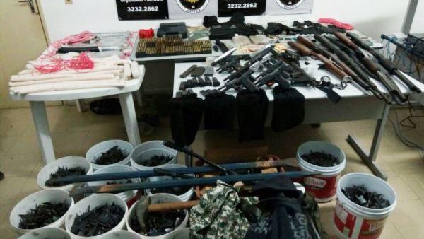 Armas e muitos objetos usados pelos assaltantes de banco foram apreendidos