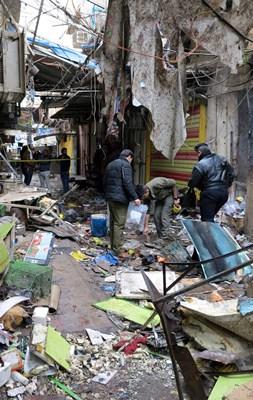 Forças de segurança iraquianas inspecionam local de ataque a bomba no mercado central de Bagdá (Foto: Ali al-Mashhadani)