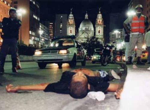 Homem é morto durante confronto com policiais.