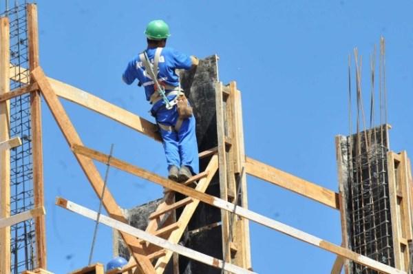 Homem trabalhando em construção civil.