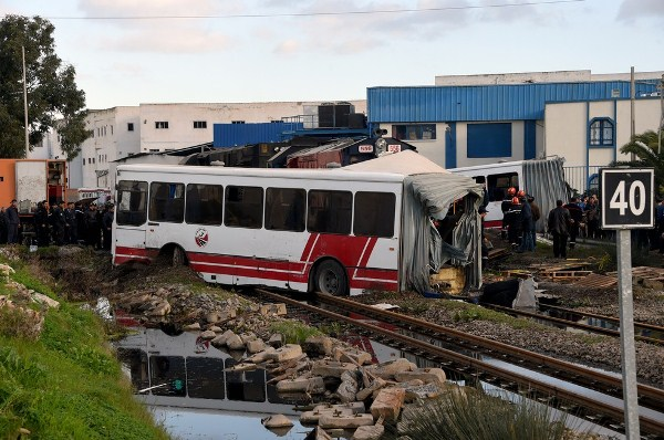 Ônibus foi partido ao meio depois de ser atingido por trem em área de Jebel Jalloud nesta quarta-feira (Foto: FETHI BELAID / AFP)