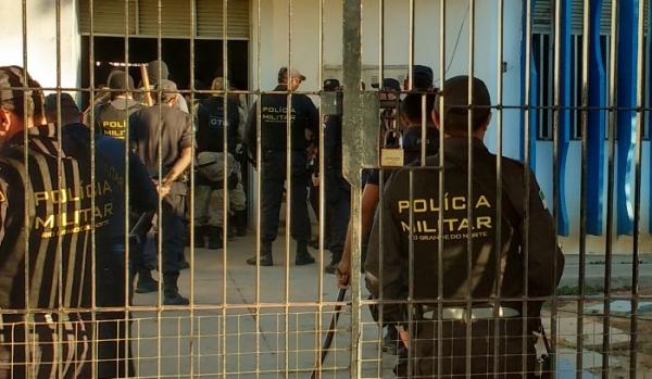 PMs se praparando para entrar no Pavilhão B do Presídio da Caicó para realizar a contagem de presos.