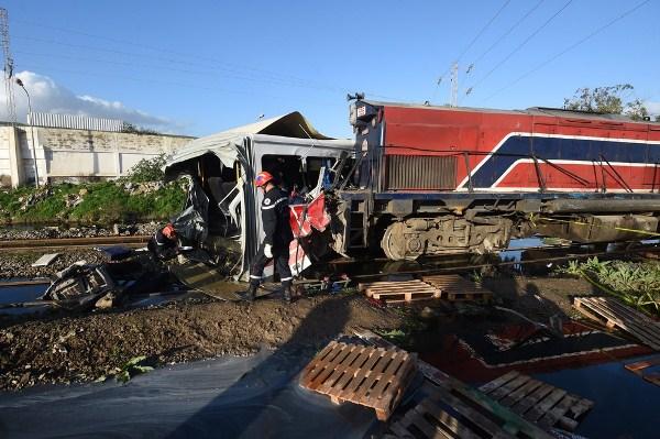 Trem colidiu com ônibus, deixando ao menos cinco mortos perto de Tunis, na Tunísia (Foto: FETHI BELAID / AFP)