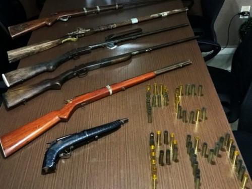 Armas e munições foram encontradas com os suspeitos (Foto: Divulgação/Polícia Civil)