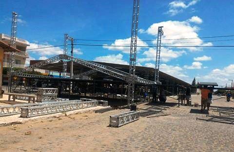 Palcos já sendo montados no Centro da cidade. Serão dois palcos medindo 11x8 cada