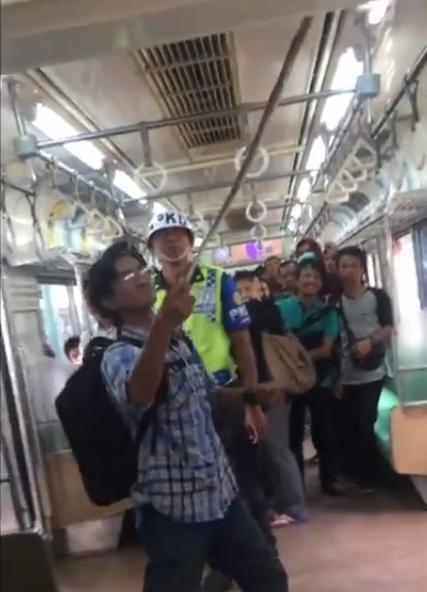 ÁSIA: Homem mata cobra com as mãos dentro de um trem