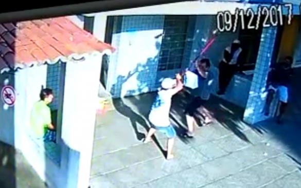 """""""VARRENDO A BANDIDAGEM"""": com vassoura, homem reage a assalto e espanta bandidos armados com revolver; tiros foram efetuados"""