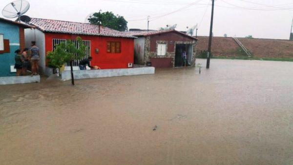 Chuva alaga ruas e invade casas em Jucurutu