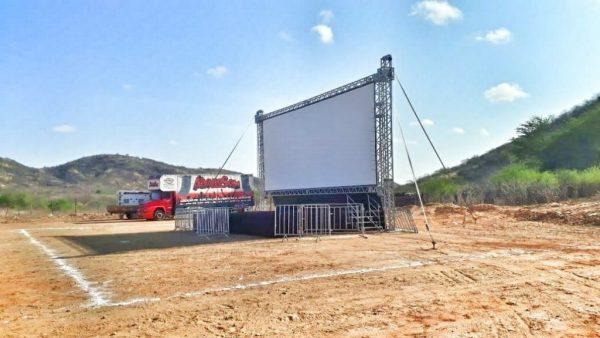 """Estrutura para exibição do filme """"Bacurau"""" é montada na comunidade Barra em Parelhas"""
