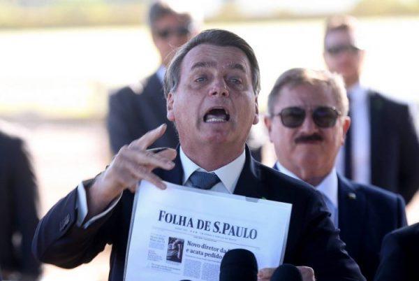 Bolsonaro manda repórteres calarem a boca, ataca jornal e nega interferência na Polícia Federal